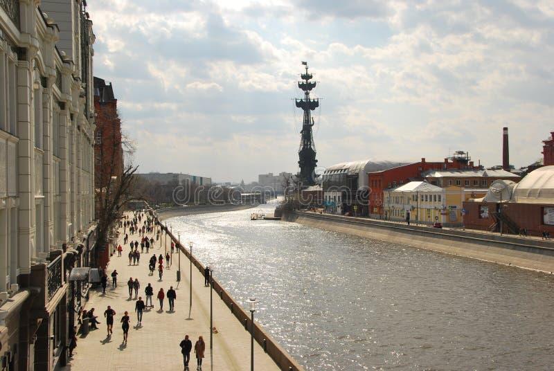 Прогулка о Москве вдоль реки Москвы стоковое изображение
