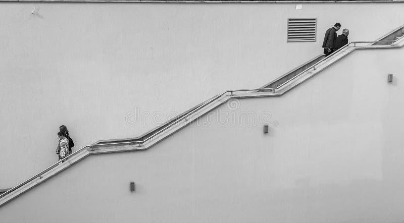 Прогулка 2 пар на лестницах Черно-белая фотография улицы Burgas/Болгария/11 10 2016 стоковые изображения
