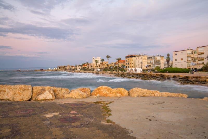 Прогулка пляжа летучей мыши-Galim, на заходе солнца, Хайфа стоковое изображение