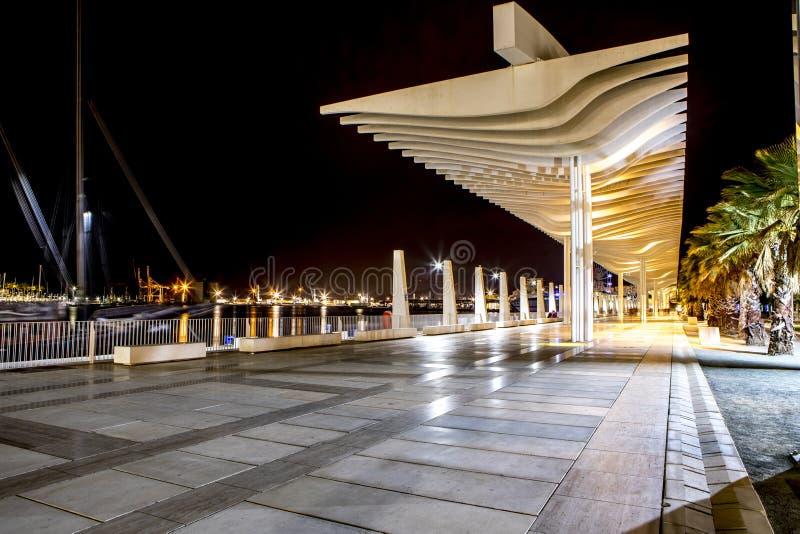 Прогулка порта Малаги на ноче стоковые изображения