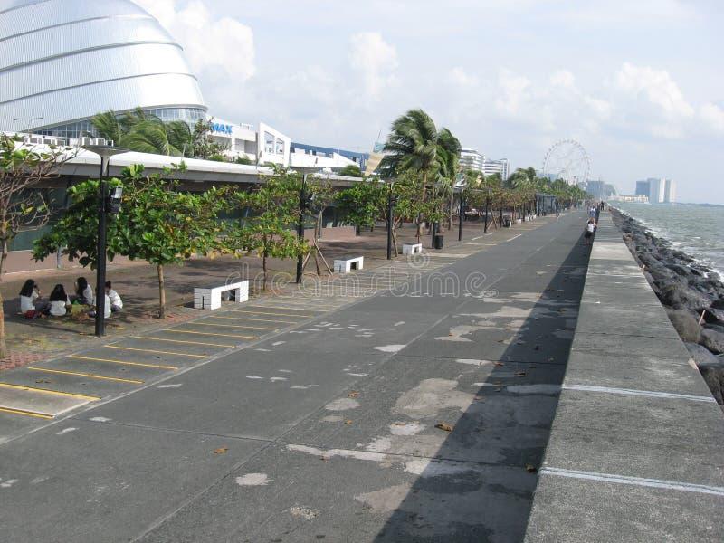 Прогулка по набережной около торгового центра Азии, Манилы, Филиппин стоковое фото rf