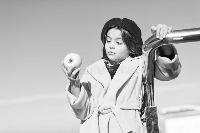 Прогулка промежутка времени закуски Здоровье и питание детей Здоровые snacking преимущества Закуска между обедом и обедающим Имет стоковые изображения rf