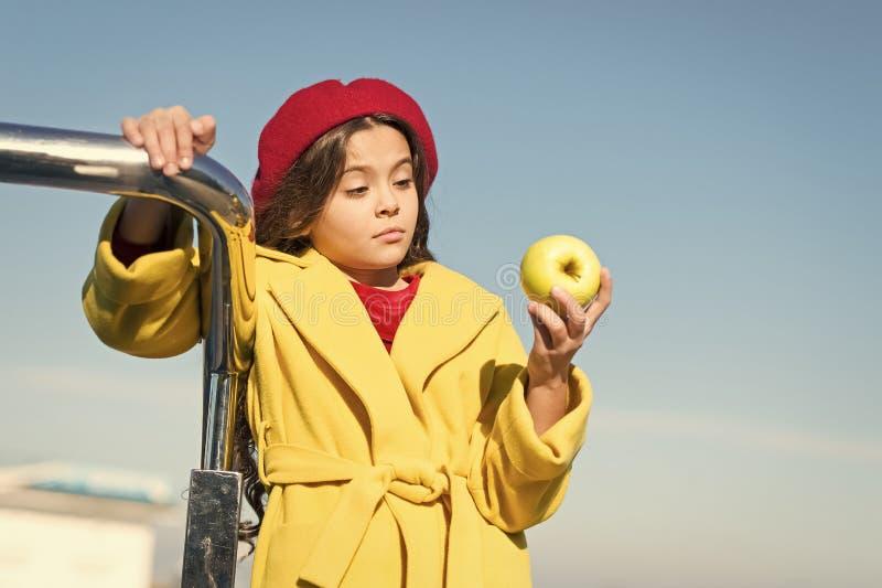 Прогулка промежутка времени закуски Здоровье и питание детей Здоровые snacking преимущества Закуска между обедом и обедающим Имет стоковая фотография rf