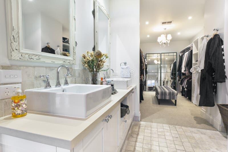 прогулка робы ванной комнаты современная стоковое изображение
