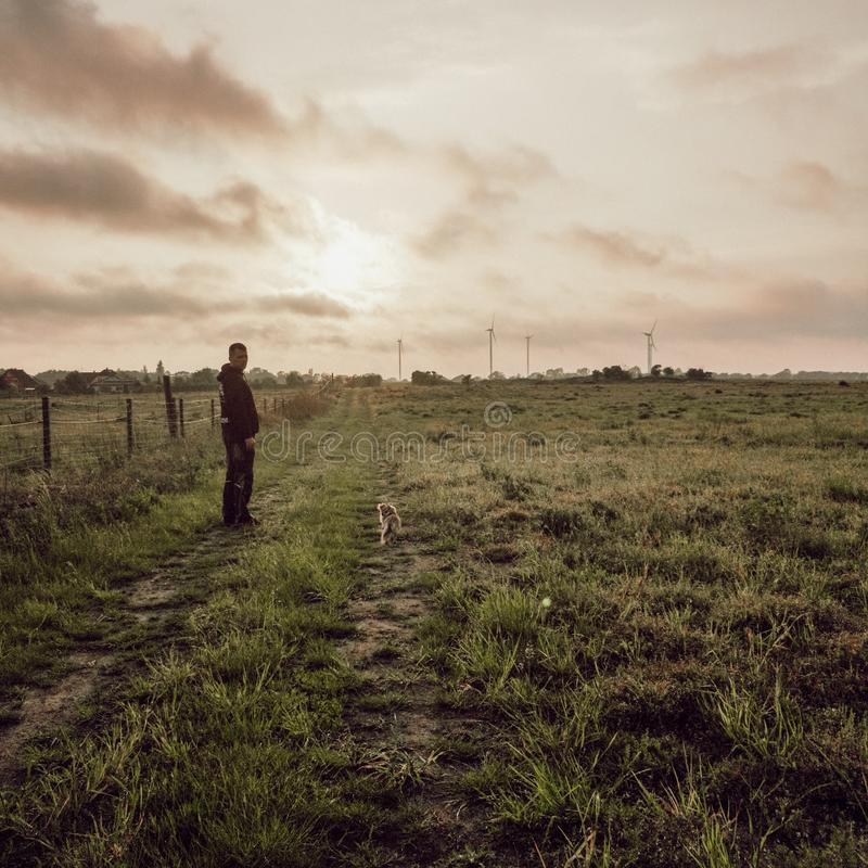 Прогулка семьи в солнце стоковая фотография rf
