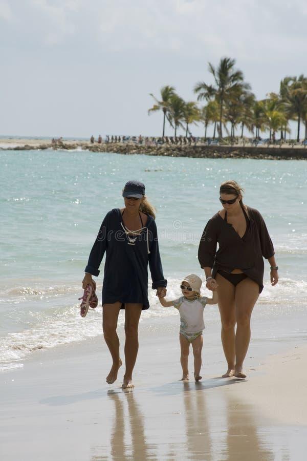 прогулка семьи пляжа стоковое изображение