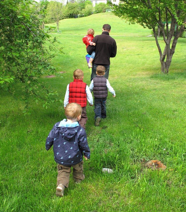 прогулка семьи стоковое изображение rf