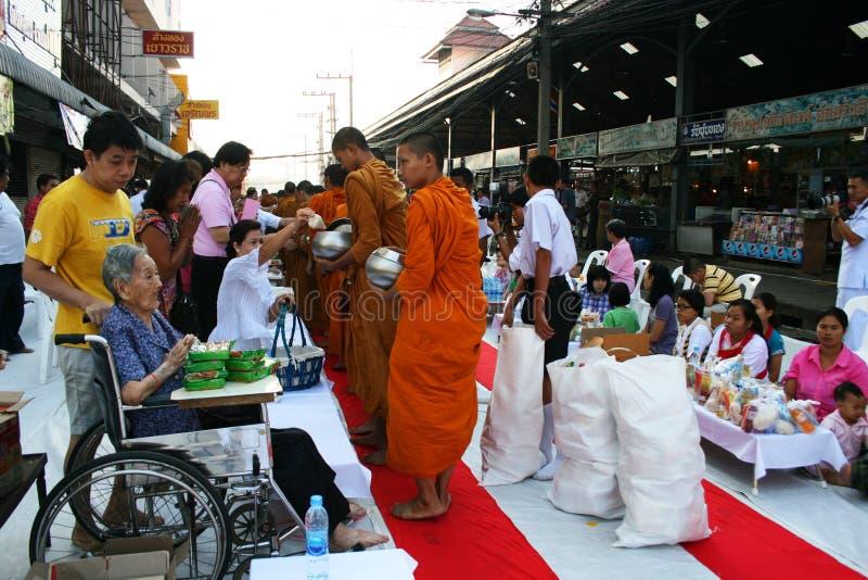 прогулка Таиланда монахов милостынь буддийская собирая стоковое фото