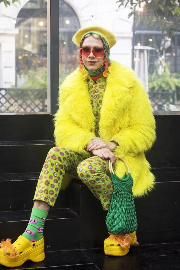 Прогулка цвета неофициальный сход творческих людей получая одета или одевая для того чтобы воодушевить и быть воодушевленным стоковое изображение rf