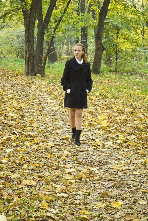 прогулки подростка парка девушок осени стоковая фотография