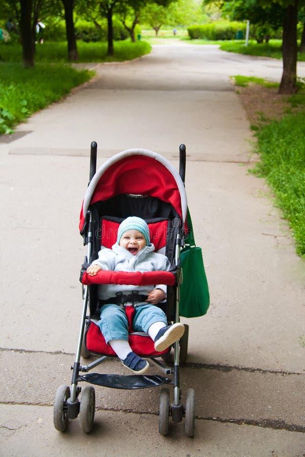 прогулочная коляска младенца счастливая стоковая фотография rf