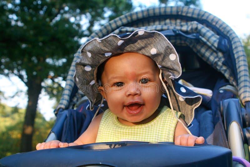 прогулочная коляска младенца счастливая стоковые фотографии rf