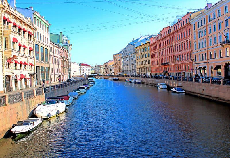Прогулочные катера стоят на стенах обваловки канала в городе стоковое фото rf