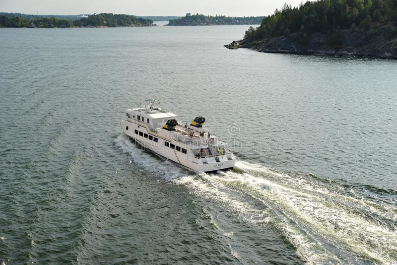 Прогулочный катер в Балтийском море среди островов около Стокгольма стоковое фото