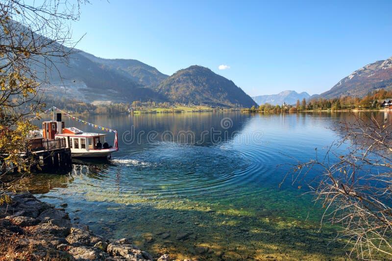 Прогулочный катер в предыдущем утре осени на озере Grundlsee Goessl, Штирия, Австрия стоковые изображения rf