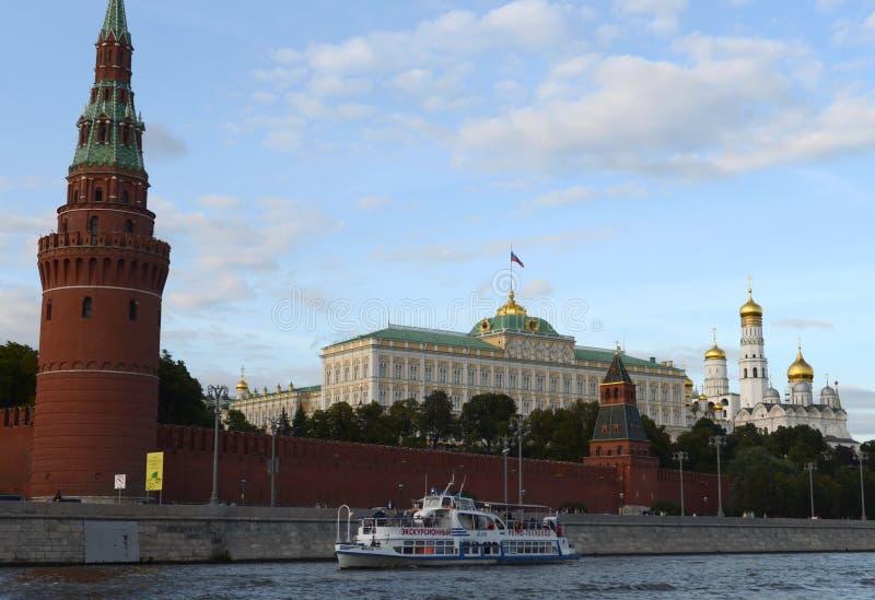 Прогулочный катер на реке Moskva около Москвы Кремля стоковая фотография rf