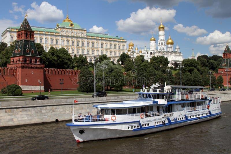 Прогулочный катер плавает вдоль реки около Москвы Кремля стоковое изображение rf