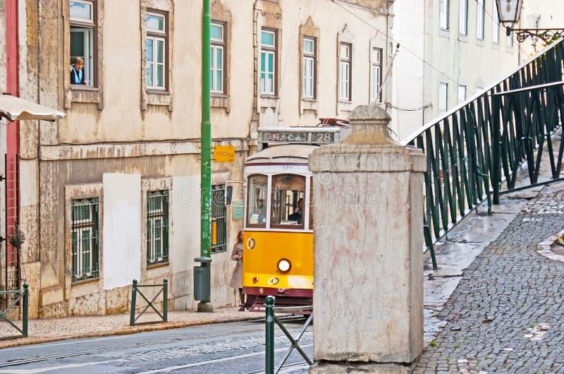 Прогулка в Alfama Лиссабона стоковое изображение rf