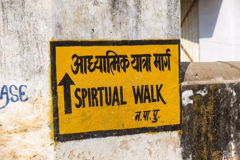 Прогулка знака духовная на стене стоковые изображения