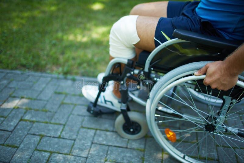 Прогулка кресло-коляскы стоковое изображение rf