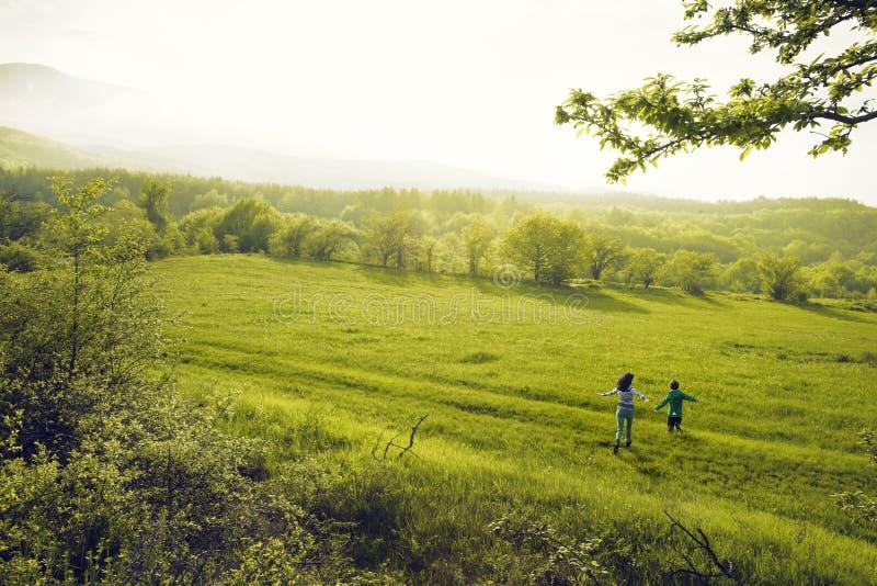 Прогулка матери и сына в поле стоковое изображение rf