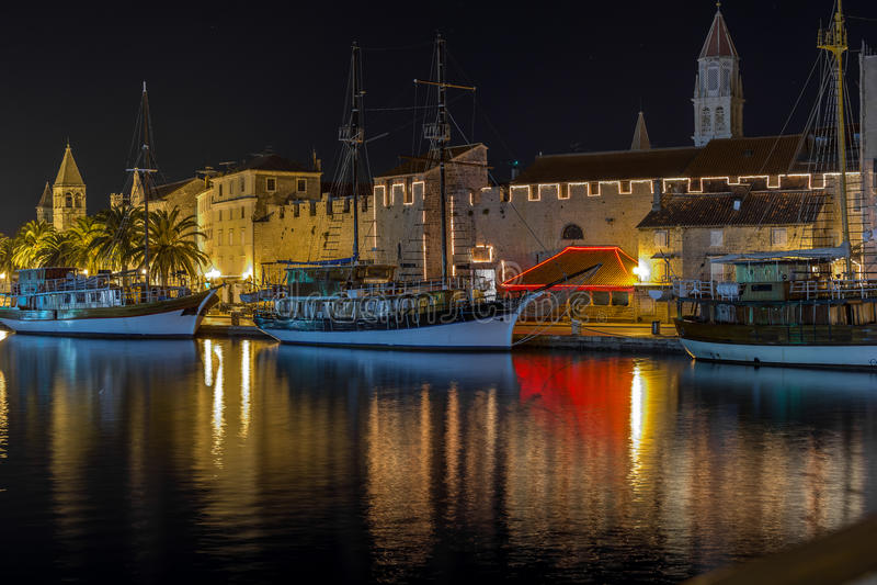 Прогулка на ноче, Хорватия Trogir стоковые изображения
