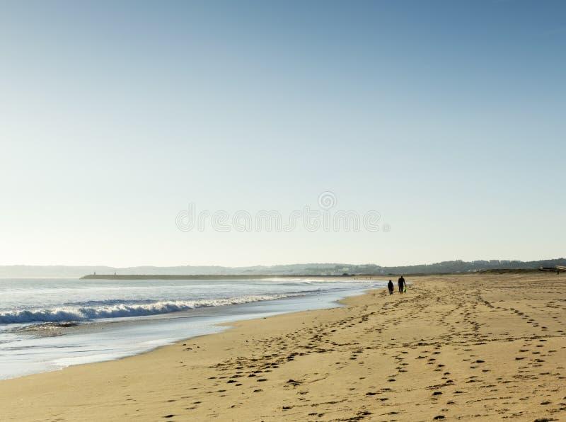 Прогулка на пляже стоковые фотографии rf