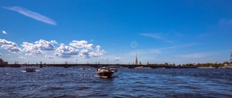 Прогулка на яхте рекой Neva Санкт-Петербурга под голубым небом лета с яркими облаками стоковая фотография rf