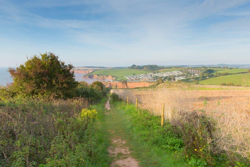 Прогулка пути побережья к заливу Девону Англии Великобритании Ladram юрской стоковое фото rf