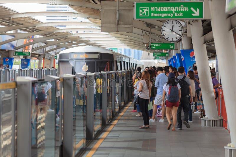 Прогулка регулярных пассажиров пригородных поездов в рельсах повышенных BTS стоковая фотография