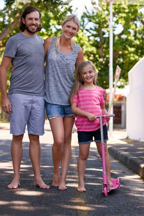 прогулка семьи счастливая принимая стоковое фото