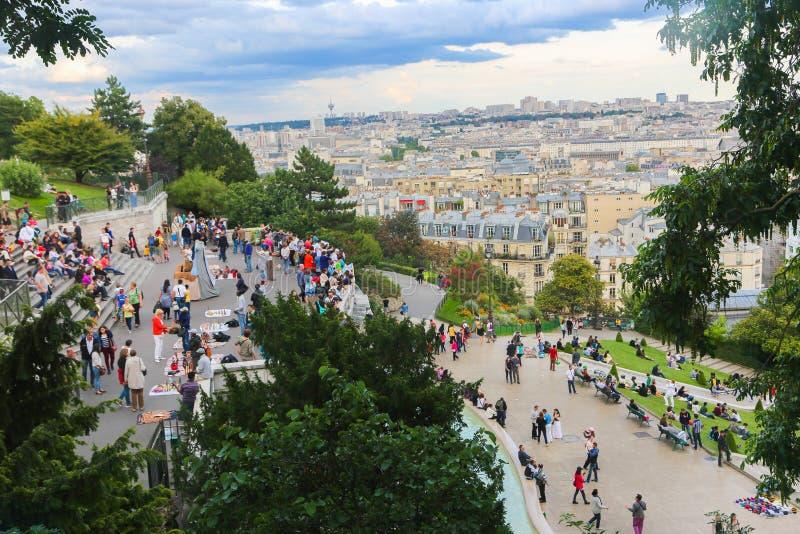 Прогулка туристов в Montmartre - Париже стоковые фотографии rf