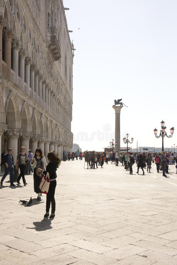 Прогулка туристов на аркаде Сан Marco стоковые изображения