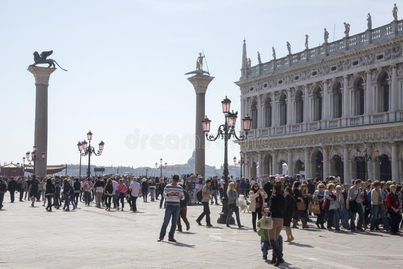 Прогулка туристов на аркаде Сан Marco стоковое фото rf