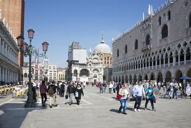 Прогулка туристов на аркаде Сан Marco стоковая фотография