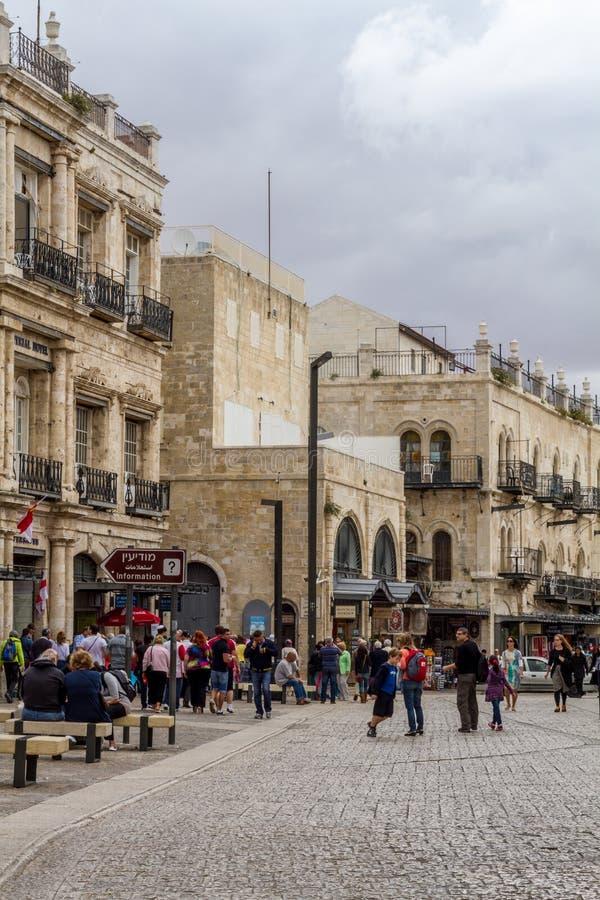 Прогулка людей в старом Иерусалиме стоковое изображение rf
