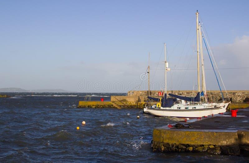 Прогулочные катера на их зачаливаниях на Groomsport затаивают во время шторма зимы стоковые изображения