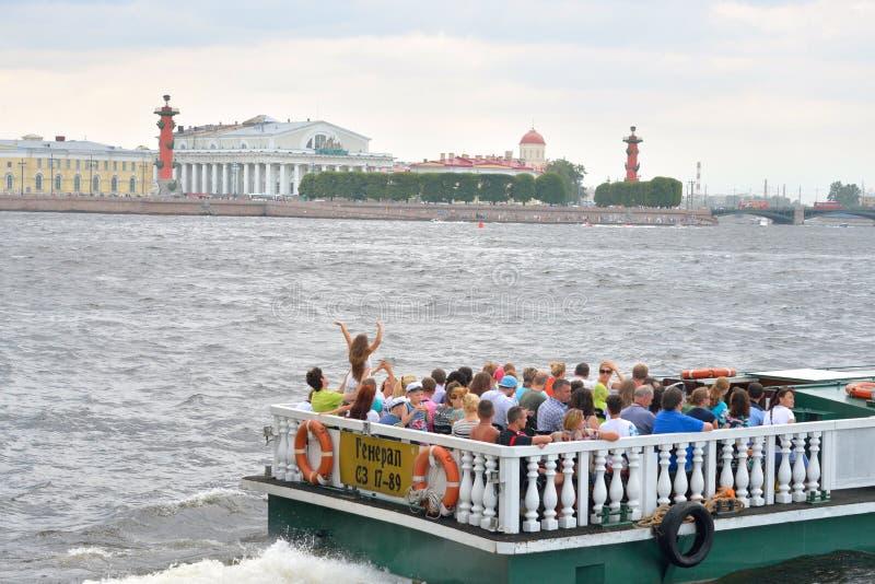 Прогулочные катера на реке Neva стоковые изображения