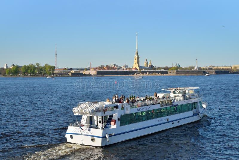 Прогулочный катер плавает на реку Neva на предпосылке  стоковая фотография rf