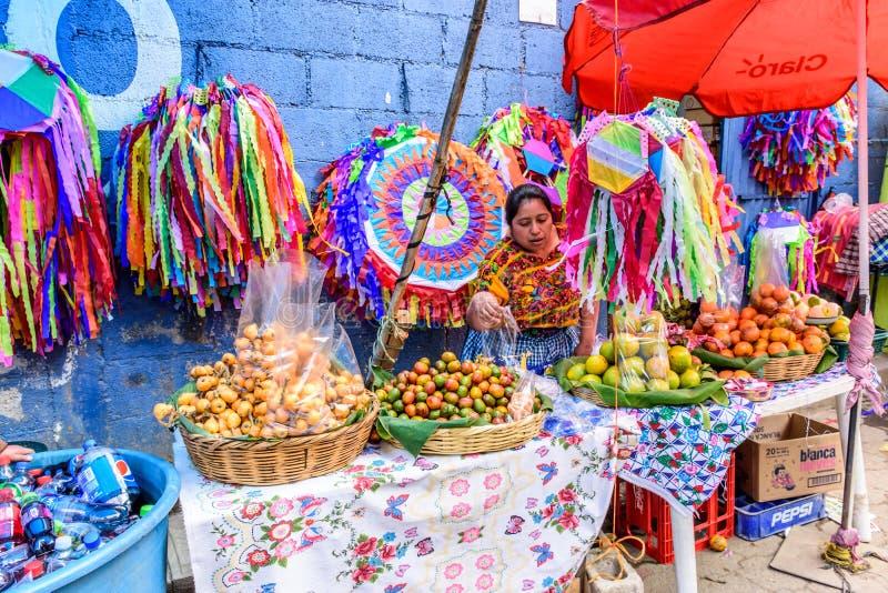 Продавать плодоовощ & handmade змеев на весь день Святых, Сантьяго Sacat стоковые фото