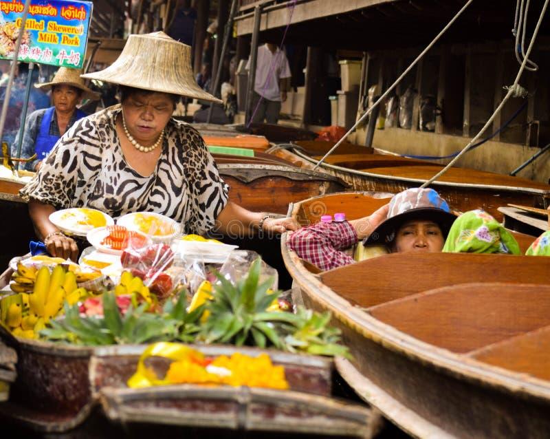 Продавать продукцию на плавая рынке стоковая фотография