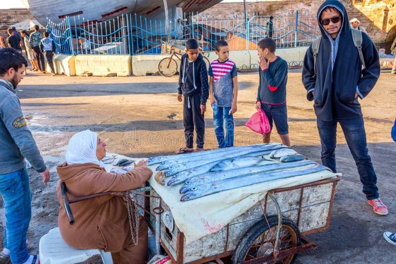 Продавать рыб в порте Essaouira стоковые изображения