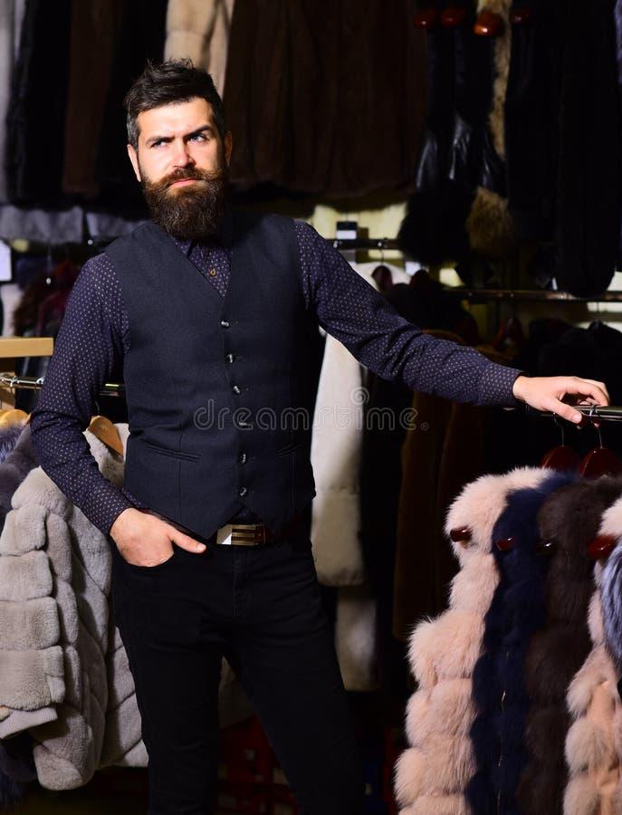 Продавец в магазине моды с заботливой стороной стоковые изображения