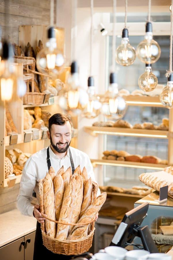 Продавец в магазине хлеба стоковое изображение