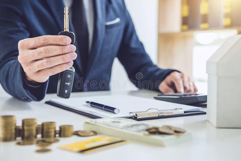 Продавец держа ключ и высчитывая цену продавать новый ca стоковое изображение rf
