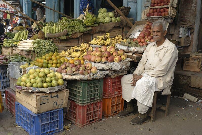 продавец индейца плодоовощ стоковые изображения rf