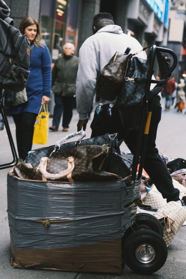 Продавец на улице в Нью-Йорке, Манхэттене стоковые изображения rf