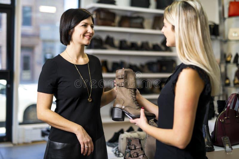 Продавец обуви восхитился роскошными ножками покупательницы HD