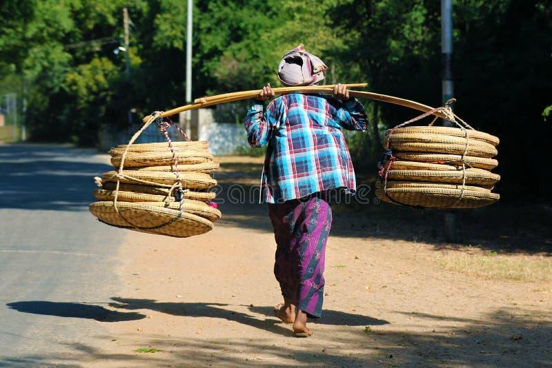 Продавец улицы, корзина нося в бамбук-ротанге стоковая фотография rf