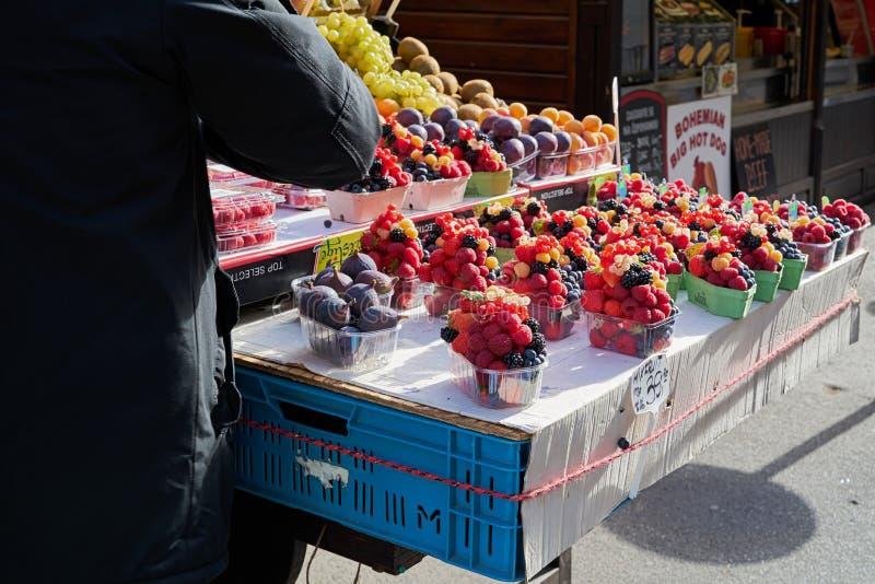 Продавец фруктов на популярной рыночной площади в Праге стоковые изображения